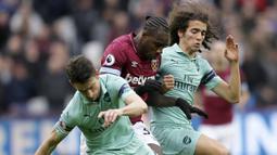 Pemain West Ham United, Michail Antonio, dihadang pemain Arsenal pada laga Premier League di Stadion London, Sabtu (12/1). West Ham United menang 1-0 atas Arsenal. (AP/Tim Ireland)