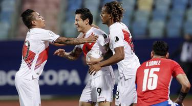 Timnas Peru berhasil melaju ke semifinal Copa America 2021 setelah mengalahkan Paraguay lewat drama adu penalti. (AP/Eraldo Peres)