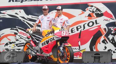 Pebalap Honda Marc Marquez dan Dani Pedrosa menunjukan motor baru Repsol Honda Team di Sentul, Jabar, Minggu (14/2/2016). Motor terbaru dengan no 93 tersebut nantinya akan digunakan dalam ajang motor GP di 2016.(Liputan6.com/Angga Yuniar)
