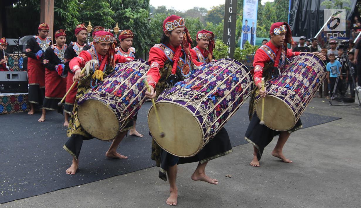 Pertunjukan alat musik tradisional Lombok, Gendang Beleq membuka Seri Konser Situs Budaya Iwan Fals dan Band di Panggung Kita, Depok, Sabtu (3/3). Konser Situs Budaya ini mengangkat budaya dari NTB Kerajaan Lombok dan Bima. (Liputan6.com/Arya Manggala)