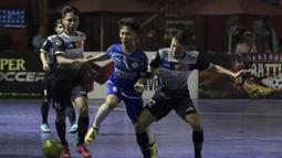 Pemain Al-Falah berusaha melewati pemain Kerambah FC pada laga Grand Final Futsal Battle di Mall Taman Anggrek, Jakarta, Minggu (14/10). Kerambah FC juara melalui adu penalti. (Bola.com/Vitalis Yogi Trisna)