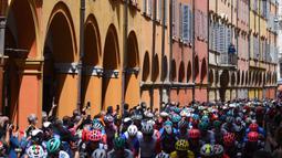 Para penonton menggunakan telepon seluler untuk mengambil gambar para pembalap yang melakukan start pada etape ke-5 Tour Balap Sepeda Giro d'Italia 2021 antara Modena dan Cattolica di Emilia-Romagna sejauh 177 km, Rabu (12/5/2021). (AFP/Dario Belingheri)