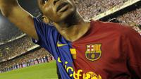 4. Samuel Eto'o - Membela Barcelona dirinya berhasil menorehkan catatan fantastis dengan 130 gol dalam 198 laga. Sementara untuk Chelsea, bomber asal Kamerun ini hanya bertahan satu musim dengan mencetak 12 gol dan tujuh asisst. (AFP/Lluis Gene)