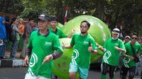 Wali Kota Bogor, Bima Arya, takjub dengan antusiasme masyarakat yang terlibat dalam pawai obor Asian Games 2018 di kotanya pada Selasa (14/8/2018). (Bola.com/Reza Bachtiar)