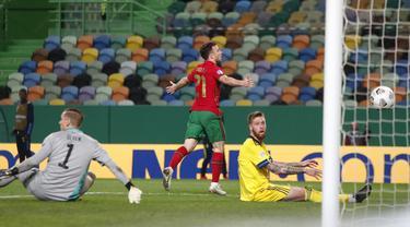 Pemain Portugal Diogo Jota melakukan selebrasi usai mencetak gol ke gawang Swedia pada pertandingan UEFA Nations League di Stadion Jose Alvalade, Lisbon, Portugal, Rabu (14/10/2020). Portugal menang 3-0. (AP Photo/Armando Franca)
