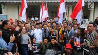 Mantan Kepala BIN AM Hendropriyono (tengah) foto bersama dengan para peserta acara Musyawarah Kaum Muda Indonesia di Gedung Joang 45, Menteng, Jakarta Pusat, Minggu (19/5/2019). Acara bertema Kesadaran Nasional untuk Menjaga Persatuan dan Kesatuan NKRI Pasca Pemilu 2019. (Liputan6.com/Angga Yuniar)