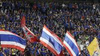 Suporter Thailand memberikan dukungan saat melawan Timnas Indonesia pada laga Piala AFF 2018 di Stadion Rajamangala, Bangkok, Sabtu (17/11). Thailand menang 4-2 dari Indonesia. (Bola.com/M. Iqbal Ichsan)