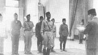 Presiden Sukarno menerima Panglima Besar Jenderal Sudirman di Gedung Agung Yogyakarta, tempat Presiden berkantor selama Ibu Kota pindah ke Yogyakarta. (Ist)