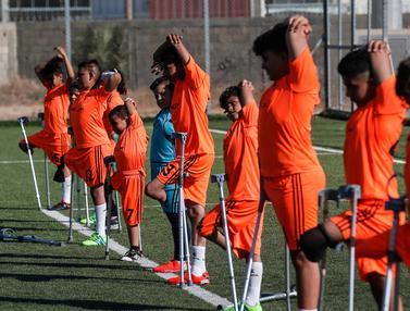 Pandemi Mereda, Anak-Anak Palestina yang Diamputasi Semangat Latihan Bola