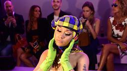 Rapper AS, Nicki Minaj menghadiri fashion show Versace pada Milan Fashion Week, 21 September 2018. Nicki Minaj tampil cukup nyeleneh dalam balutan gaun bustier super seksi, serta topi dan kerudung, juga sarung tangan hijau. (AFP/Miguel MEDINA)