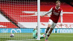 Pemain Arsenal Emile Smith Rowe melakukan selebrasi usai mencetak gol ke gawang West Bromwich Albion pada pertandingan Liga Inggris di Emirates Stadium, London, Inggris, Minggu (9/5/2021). Arsenal mengalahkan West Bromwich Albion 3-1. (AP Photo/Frank Augstein, Pool)