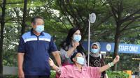 Ani Yudhoyono menikmati udara segar di luar ruang perawatan rumah sakit. (Foto: Dok. Anung Anindito)