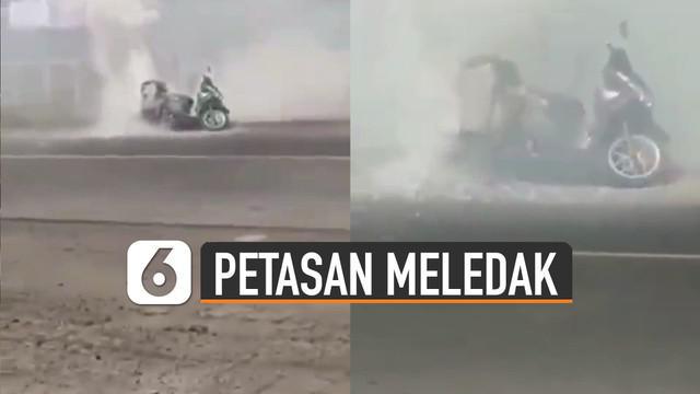 Beredar video sebuah motor membawa petasan terbakar dan mengeluarkan asap di pinggir jalan.