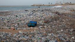 Tumpukan sampah-sampah plastik tersapu ke darat saat badai melanda kota pantai Zouq Mosbeh di Laut Tengah, utara Beirut, Lebanon, 22 Januari 2018. Hampir segala limbah termasuk plastik hingga pembalut wanita menumpuk di pantai itu. (AP/Hussein Malla)