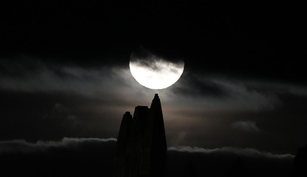 Bulan purnama yang dikenal sebagai Harvest moon muncul di atas Whitby Abbey, di Whitby, Inggris, Senin (20/9/2021). Ahli bulan NASA, Gordon Johnston, menerangkan harvest moon adalah bulan purnama yang paling dekat dengan titik balik musim gugur. (AP Photo/Alastair Grant)