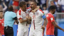 Ekspresi pemain Serbia, Aleksandar Kolarov (kanan) merayakan golnya ke gawang Kosta Rika pada laga grup E Piala Dunia 2018 di Samara Arena, Samara, Rusia, (17/6/2018). Serbia menang 1-0. (AP/Mark Baker)