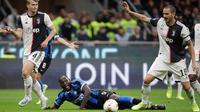 Penyerang I Inter Milan, Romelu Lukaku berebut bola dengan pemain Juventus, Leonardo Bonucci dan Matthijs de Ligt dalam lanjutan kompetisi Serie A 2019-2020 di Stadion Giuseppe Meazza, Minggu (6/10/2019). Juventus memenangi duel bertajuk Derby d'Italia dengan keunggulan 2-1. (AP/Luca Bruno)