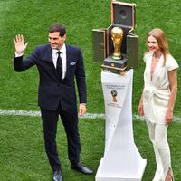 Mantan kiper timnas Spanyol, Iker Casillas dan supermodel Rusia, Natalia Vodianova berdiri di samping trofi Piala Dunia 2018 sebelum laga pembuka di stadion Luzhniki, Kamis (14/6). Trofi disimpan dalam kotak yang didesain Luis Vuitton (AFP/Mladen ANTONOV)
