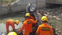 Sebuah mobil sedan Suzuki Starlet terjun ke sungai di Tol Pemalang, 2 orang tewas. (Foto: Liputan6.com/Humas Polres Pemalang/Muhamad Ridlo)