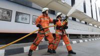 Petugas pemadam kebakaran memadamkan api saat simulasi penanggulangan kebakaran di gedung KPK, Jakarta, Jumat (14/9). Kegiatan itu untuk memberikan pelatihan dan edukasi kepada seluruh pegawai yang berada di gedung KPK (Merdeka.com/Dwi Narwoko)