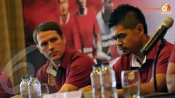 Dua pemain bintang Michael Owen dan Bambang Pamungkas terlihat serius menyimak pertanyaan wartawan saat konferensi Pers (Liputan6.com/ Helmi Fithriansyah)