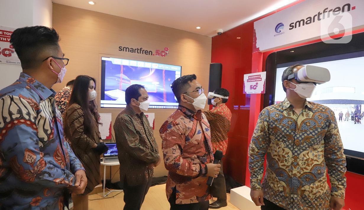 Direktur Standardisasi Perangkat Pos dan Informatika Kominfo Mulyadi (kanan) didampingi President Director smartfren Merza Fachys (tengah), Deputy CEO Djoko Tata Ibrahim (kiri) mencoba Virtual Reality (VR) pada Uji Coba 5G Tahap Dua di Jakarta, Kamis (17/6/2021). (Liputan6.com/Pool/smartfren)