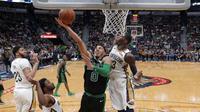 Forward Boston Celtics Jayson Tatum (tengah) dihalangi penggawa Cheick Diallo New Orleans Pelicans pada lanjutan NBA di Smoothie King Center, Minggu (18/3/2018) atau Senin (19/3/2018) WIB. (AP Photo/Gerald Herbert)