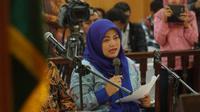 Bupati Bekasi nonaktif Neneng Hasanah Yasin membacakan pledoi di Pengadilan Tipikor Bandung, Rabu (15/5/2019). (Huyogo Simbolon)