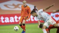 Pemain Belanda Donny van de Beek, kiri, mencetak gol pertama timnya selama pertandingan sepak bola persahabatan internasional antara Belanda dan Spanyol di Johan Cruyff ArenA di Amsterdam, Belanda, Rabu, 11 November 2020. (Dean Mouhtaropoulos / Pool via A