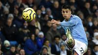 Bek Manchester City, Joao Cancelo, menendang bola saat melawan Everton pada laga Premier League di Stadion Etihad, Rabu (1/1/2020). Manchester City menang 2-1 atas Everton. (AP/Rui Vieira)