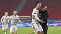 Pemain Hungaria Dominik Szoboszlai dan rekan setimnya Attila Fiola mencetak gol kemenangan ke gawang Islandia pada laga play-off Piala eropa di Stadion Puskas Arena, Budapest, Jumat (13/11/2020) dini hari WIB. (Tibor Illyes / MTI via AP)