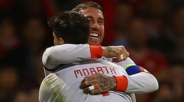 Bek Spanyol, Sergio Ramos berselebrasi dengan Alvaro Morata usai mencetak gol ke gawang Wales pada uji coba internasional di Stadion Principality, Cardiff, Inggris (11/10). Spanyol menang telak 4-1 atas Wales. (AFP Photo/Geoff Caddick)