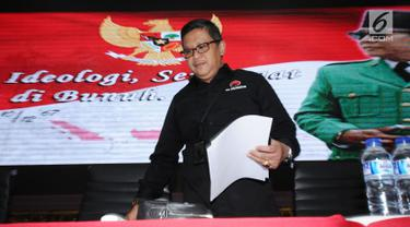 Sekjen Partai Demokrasi Indonesia Perjuangan, Hasto Kristiyanto jelang memberi keterangan terkait persiapan HUT PDIP ke-45 di Jakarta, Selasa (9/1). Puncak HUT PDIP ke-45 akan dilangsungkan di JCC, Rabu (10/1). (Liputan6.com/Helmi Fithriansyah)