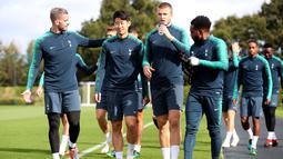 Pemain Tottenham Hotspur bersiap mengikuti sesi latihan tim di Tottenham Hotspur Training Centre di Enfield, Inggris (2/10). Tottenham akan bertanding melawan wakil Spanyol Barcelona pada grup B Liga Champions. (Adam Davy/PA via AP)