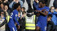 Pemain Chelsea, Michy Batshuayi (kanan) mencetak dua gol untuk kemenangan timnya saat melawan Watford  pada laga Premier League Pekan ke-9 di Stamford Bridge,  (21/10/2017). Chelsea menang 4-2. (AFP/Ian Kington)