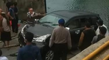 Mobil nyemplung ke Danau Toba