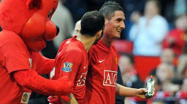 Manchester United's Italian forward Federico Macheda leaves the pich at the final whistle after scoring the winning goal in a 3-2 win against Aston Villa during the EPL football match at Old Trafford, on April 5, 2009. AFP PHOTO/ANDREW YATES