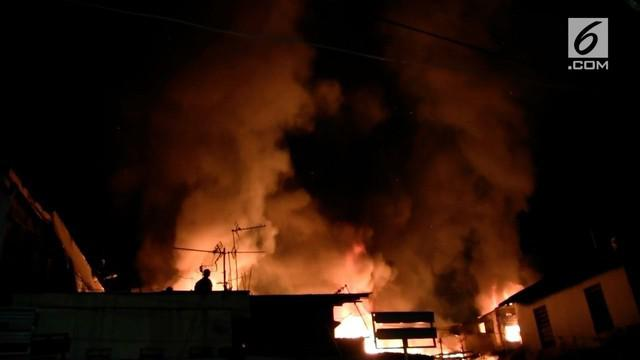 Diduga karena kompor warga yang lupa dimatikan, 5 rumah di kawasan padat penduduk di Mampang terbakar