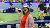 Nonton Tenis di New York, Cardigan Bolong Luna Maya Jadi Sorotan. (dok.Instagram @lunamaya/https://www.instagram.com/p/CTYdTessdQm/Henry)