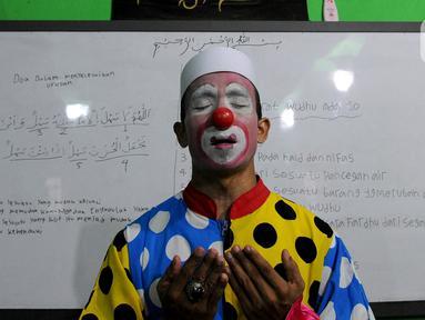 Yahya (38 tahun) begitu ia disapa. Sepuluh tahun sudah dijalaninya sebagai Badut Syiar atau disebut kawannya yang sama-sama mengajar di panti asuhan dengan panggilan Badut Syariah. Di lingkungannya Sudimara Pinang, Tangerang, Yahya merupakan sosok yang sudah tak asing lagi. (merdeka.com/Arie Basuki)