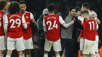 Pelatih Arsenal, Mikel Arteta, merayakan kemenangan bersama pemain usai menaklukkan Manchester United pada laga Premier League di Stadion Emirates, Rabu (1/1/2020). Arsenal menang 2-0 atas Manchester United. (AP/Matt Dunham)