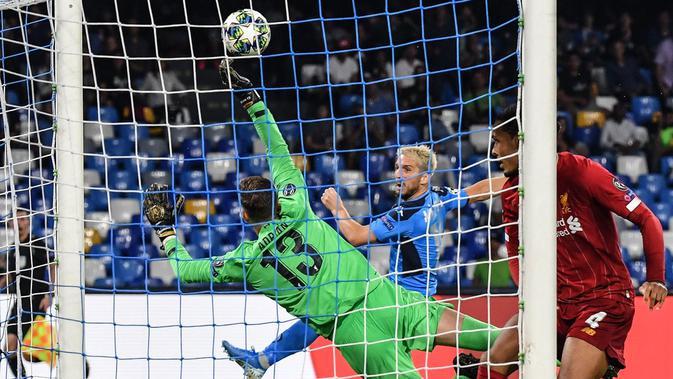 Dries Mertens mengancam gawang Liverpool. (dok. UEFA)