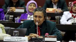 Ketua Umum Ikatan Dokter Indonesia, Oetama Marsis memaparkan pendapatanya saat menghadiri Rapat Dengar Pendapat Umum (RDPU) dengan Badan Legislasi DPR di Kompleks Parlemen, Jakarta, Senin (2/4). (Liputan6.com/JohanTallo)