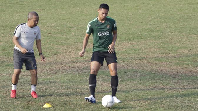 Pemain Timnas Indonesia U-22, Andy Setyo, mengontrol bola saat latihan di Lapangan ABC Senayan, Jakarta, Senin (7/1). Latihan ini merupakan persiapan jelang Piala AFF U-22. (Bola.com/Vitalis Yogi Trisna)