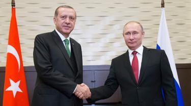 Presiden Turki  Recep Tayyip Erdogan (kiri) berjabat tangan dengan Presiden Rusia Vladimir Putin saat menggelar pertemuan di Sochi, Rusia, Rabu (3/5). Konflik Suriah akan menjadi pembahasan utama dari keduanya. (AFP PHOTO /POOL/ Alexander Zemlianichenko)