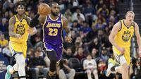 LeBron James (tengah) memimpin Lakers mengalahkan Warriors pada laga NBA (AP)