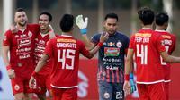 Para pemain Persija Jakarta merayakan kemenangan atas Kalteng Putra pada laga Liga 1 2019 di Stadion Madya, Jakarta, Selasa (20/8). Persija menang 3-0 atas Kalteng Putra. (Bola.com/M Iqbal Ichsan)