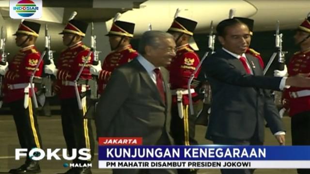 Kedatangan Mahatir dan istrinya Siti Hasmah Mohamad Ali, disambut langsung oleh Presiden Jokowi beserta ibu negara.