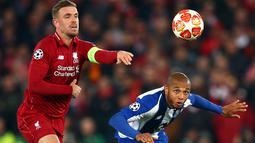 Pemain Liverpool, Jordan Henderson berebut bola dengan pemain Porto, Yacine Brahimi dalam leg pertama perempat final Liga Champions di Stadion Anfield, Rabu (10/4/2019). Liverpool mengantongi modal untuk melangkah ke semifinal Liga Champions setelah meraih kemenangan 2-0. (AP/Dave Thompson)