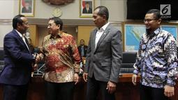Wakil Ketua DPR Fadli Zon (dua kiri) menyalami Wakil Ketua Komisi I DPR Satya Widya Yudha (kiri), Jakarta, Rabu (4/4). Satya ditetapkan sebagai Wakil Ketua Komisi I DPR menggantikan Meutya Hafid dari Fraksi Partai Golkar. (Liputan6.com/Johan Tallo)
